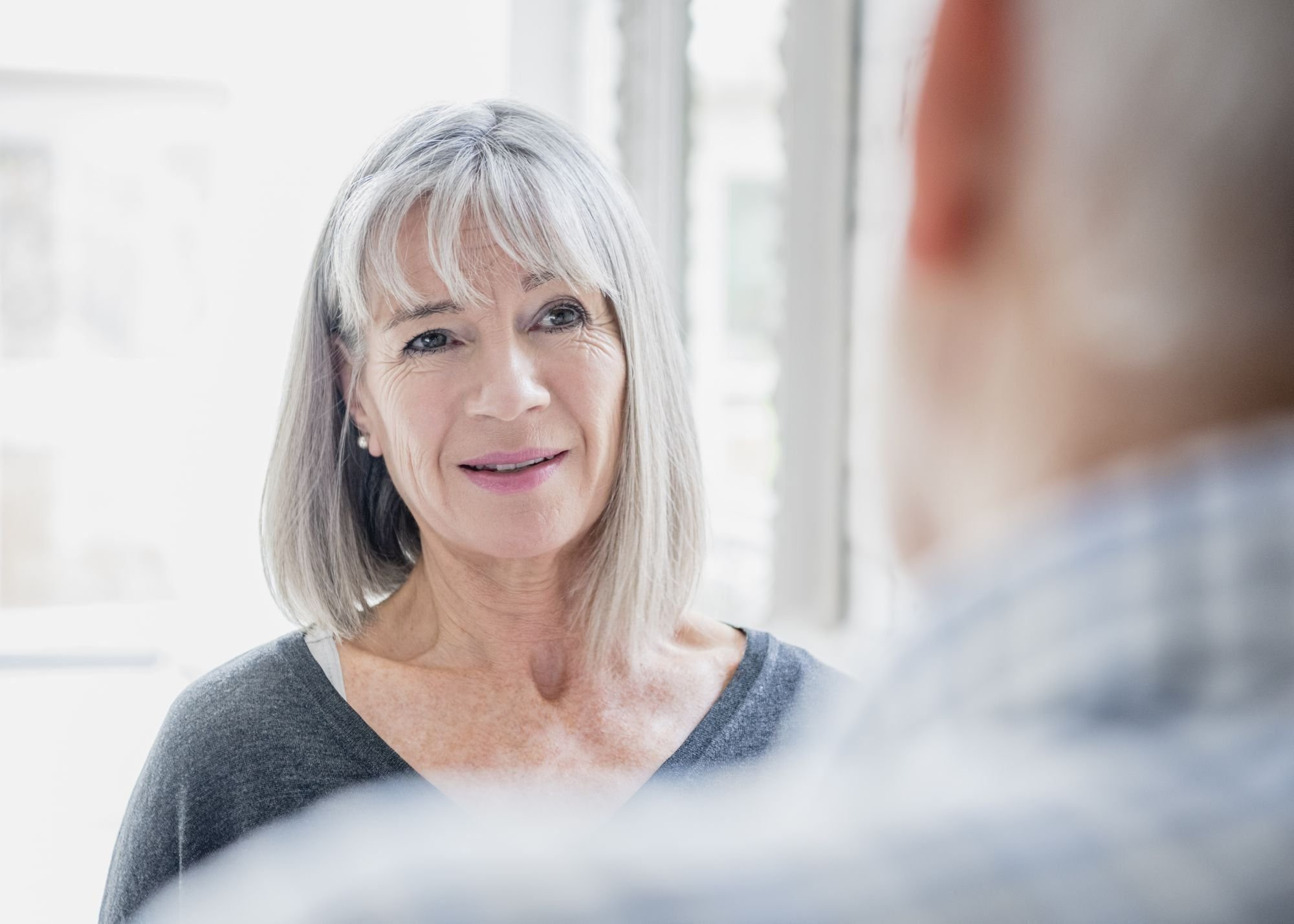 oudere vrouw in gesprek met oudere man