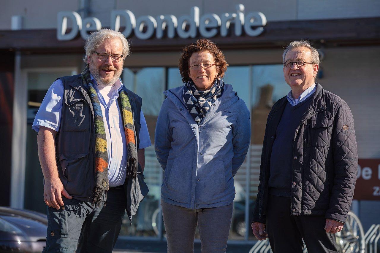 Dirk Corstens, Anita Joon en Toon Matthee poseren vóór Wijkcentrum De Donderie