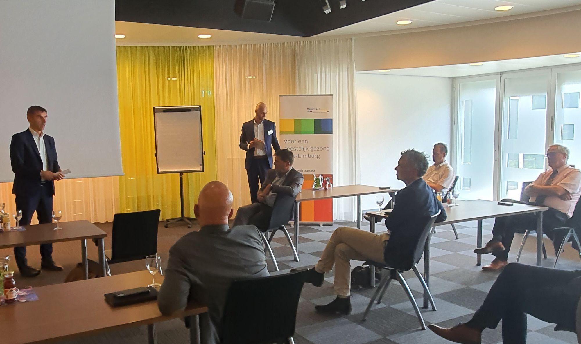 Paul Blokhuis spreekt de leden van de Regionale Taskforce Wachttijden Zuid-Limburg toe